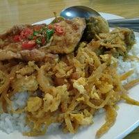 Photo taken at ร้านข้าวแกงเฮียอ้วน by i-Yo on 1/13/2012