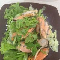 Photo taken at ศิริวรรณ หอยทอด-ผัดไทย (Siriwan) by Yod N. on 7/14/2012