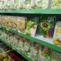 Photo taken at Ki-Frutas by Hugo S. on 4/5/2012