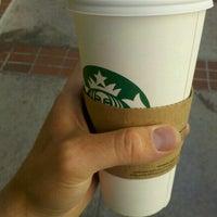 Foto tirada no(a) Starbucks por Bregory G. em 6/19/2012