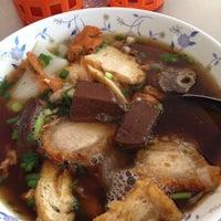 Photo taken at ก๋วยจั๊บตั๊กม้อ-กระเพาะปลา by 💘Ning H. on 4/13/2012