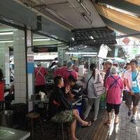 Photo taken at ไก่ตอนประตูน้ำ (โกอ่าง) Kai Ton Pratunam (Go Arng) by Lek L. on 8/19/2012