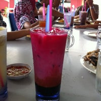 Photo taken at D'Lengkuas Restoran Selera Kampung by Muzie Y. on 2/15/2012