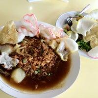 Photo taken at Laksa Medan Yoserizal by Kliknshop W. on 8/6/2012
