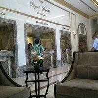 Photo taken at Royal Garden at Waikiki Hotel by Ceren E. on 8/31/2011