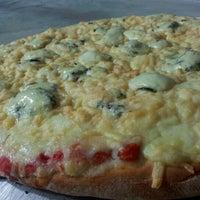 Photo taken at Vitrine da Pizza - Pizza em Pedaços by Fabricio O. on 9/5/2012