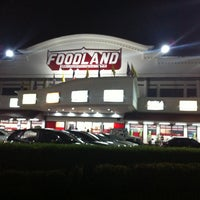 Photo taken at Foodland by Lookmoo P. on 6/20/2011