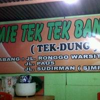 Photo taken at Mie Tek Tek Bandung by Yusuf A. on 1/19/2012
