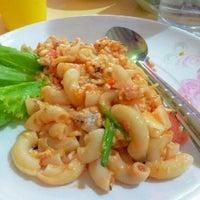 Photo taken at ต้นอ้อยอาหารตามสั่ง by Kimochii M. on 9/5/2012
