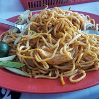 Photo taken at Tanjung Mee Goreng 顺兴茶餐室 by Rick Lee on 11/20/2011