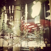 Photo taken at Apple 香港广场 by Body S. on 11/27/2011