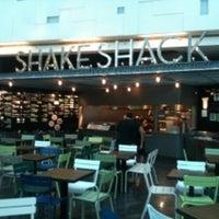 Photo taken at Shake Shack by 我 好 想 你 ❤. on 7/6/2011