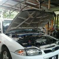 Photo taken at Lian Lee Auto Service by ﻣﺤﻤﺪ ﻓﻄﺮﻱ ﺑﻦ ﻧﺼﻴﺮ M. on 6/22/2011