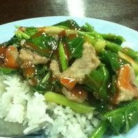 Photo taken at ต้นอ้อยอาหารตามสั่ง by Hulse A. on 9/20/2011