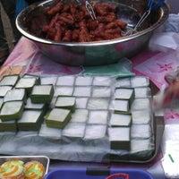 Photo taken at Bazar Ramadhan,Kamunting,Perak. by معال محمد on 8/9/2012