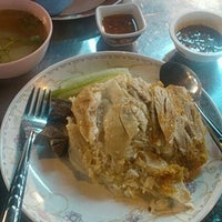 Photo taken at ข้าวมันไก่แชมป์โลก by Tor C. on 5/25/2012