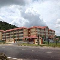 Photo taken at Sek Keb Darulaman Height, Taman Tunku Sarina, Jitra by Appyte D. on 5/8/2012