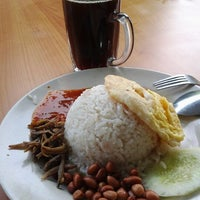 Photo taken at kedai Makan A Malek by Alif J. on 2/4/2012