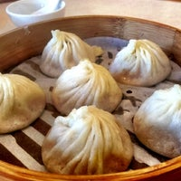 Photo taken at Ding Tai Fung Shanghai Dim Sum 鼎泰豐 by Zee Kid on 8/3/2012