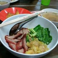 Photo taken at หนานหยวนเกี๊นวกุ้ง-เมืองทอง by Piched L. on 3/11/2012