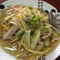 Photo taken at อาง้วน โกยซีหมี่ อาหารตามสั่ง by Huskiie L. on 4/30/2012