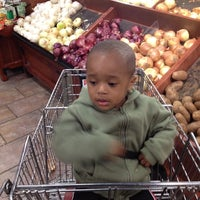Photo taken at Giant Eagle Supermarket by André L. G. on 4/8/2012