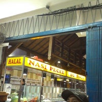 Photo taken at Nasi Pecel Bu Tinuk by Prila N. on 8/10/2012