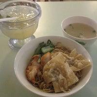 Photo taken at Pontian Wanton Noodles (笨珍云吞面) by Patrick W. on 8/29/2012