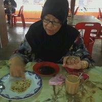Photo taken at Warung Hajah Robiah by Ejay R. on 3/20/2012