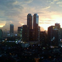 Photo taken at 8 PUB & LOUNGE (Sky Lounge 33rd Floor) by Vivi A. on 8/3/2012
