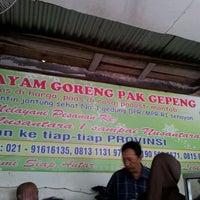 Photo taken at Ayam Goreng Pak Gepeng by Deddi B. on 3/16/2012