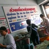 Photo taken at ก๋วยเตี๋ยวเรืออยุธยา แยกคลองตัน by Bimza B. on 5/29/2012