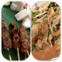 Photo taken at Pondok Satay by Azleenda E. on 6/19/2012
