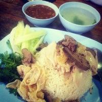 Photo taken at ข้าวมันไก่ป้าสุรีย์ by Kittiphong B. on 8/11/2012