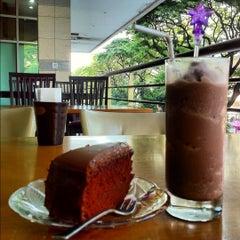 Photo taken at Cream by Café de Tu (ครีม บาย คาเฟ่ เดอ ตู) by GibbGibb Tannitas on 3/16/2012