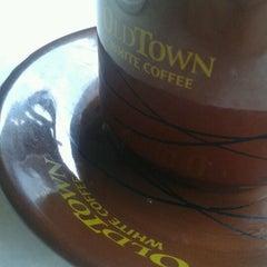 Photo taken at OldTown White Coffee by Goh B. on 3/29/2012
