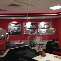 Photo taken at Steak 'n Shake by André L. G. on 4/8/2012