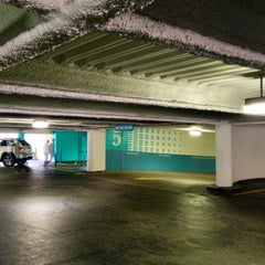 Photo taken at Fifth & Mission / Yerba Buena Garage by Eric W. on 8/3/2012