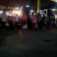 Photo taken at ตลาดรามอินทรา กม.4 (Rarm Intra km.4 Market) by Donlaya Y. on 10/26/2011