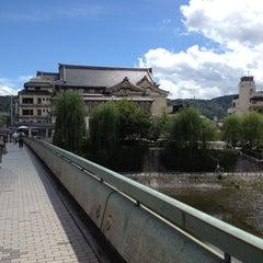 Photo taken at 四条大橋 by Kei on 8/23/2012