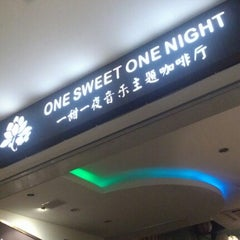 Photo taken at One Sweet One Night 一甜一夜音乐主题咖啡厅 by Lynn F. on 8/12/2012