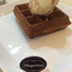 Photo taken at Häagen-Dazs by Joel T. on 5/19/2015