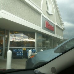 Photo taken at Wawa Food Market #8047 by Gerald S. W. on 9/29/2012