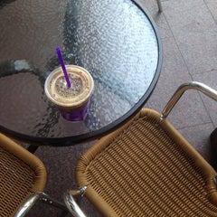 Photo taken at The Coffee Bean & Tea Leaf by Jason Jun K. on 7/11/2014