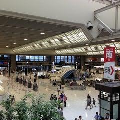 Photo taken at 成田国際空港 第2ターミナル (Narita International Airport - Terminal 2) by BONDOUT55 on 7/28/2013