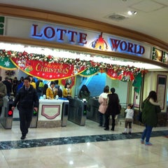 Photo taken at 롯데월드 (LOTTE WORLD) by Jungsin L. on 11/23/2012
