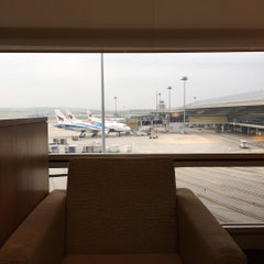 Photo taken at Cathay Pacific First and Business Class Lounge by Marcel E. on 8/1/2015