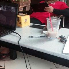 Photo taken at OldTown White Coffee by Nurul Hasniza A. on 3/1/2015