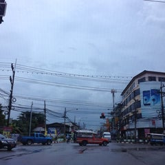 Photo taken at แยกแสงเพชร (Saeng Phet Intersection) by Jittakorn J. on 12/14/2012