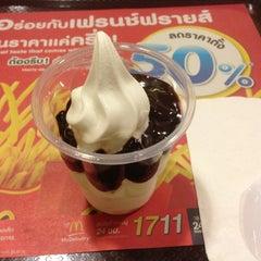 Photo taken at McDonald's & McCafé (แมคโดนัลด์ & แมคคาเฟ่) by Tao K. on 1/6/2013